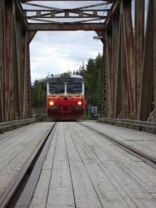 Eisenbahn-Straßen-Brücke über den Piteälv